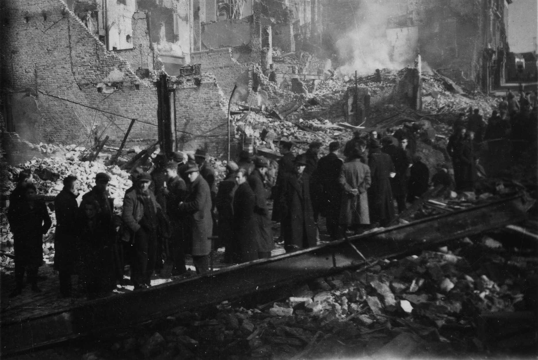 Burgers beschouwen de oorlogsverwoestingen ten gevolgen van het bombardement van 22 februari 1944 op Nijmegen.