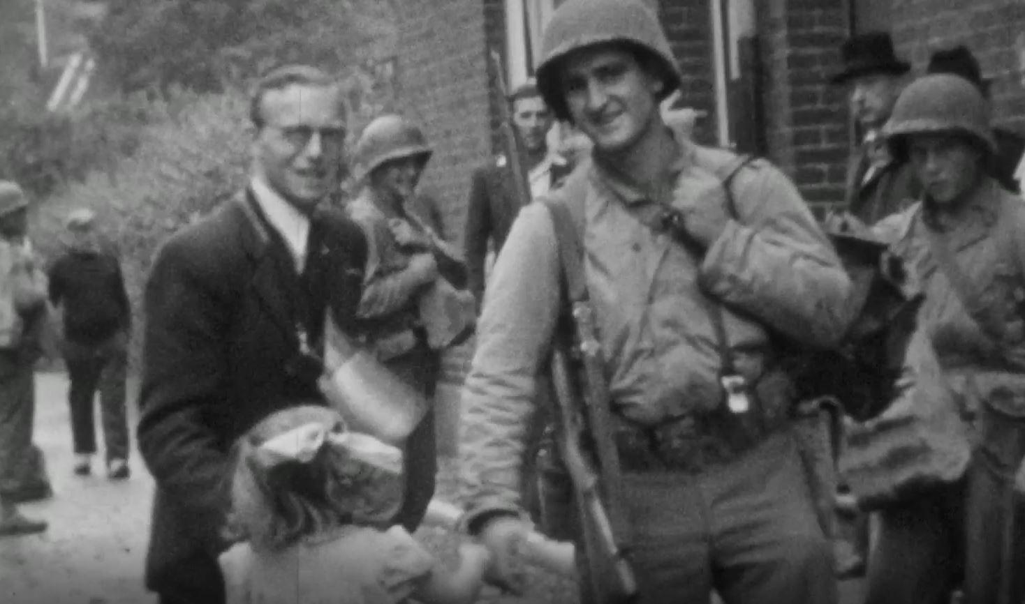 Stills uit de Graaflandfilm: Amerikaanse soldaten poseren met burgers tijdens de bevrijding van Maastricht in september 1944