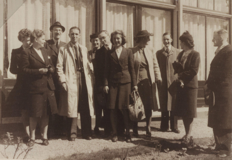 Groepsfoto van leden van het Utrechts Kindercomité op de bruiloftsreceptie van Geert Lubberhuizen op 19 april 1944.