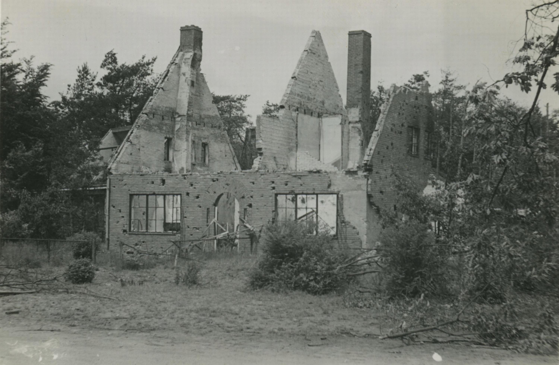 Schade na bombardement in het dorp Wolfheze