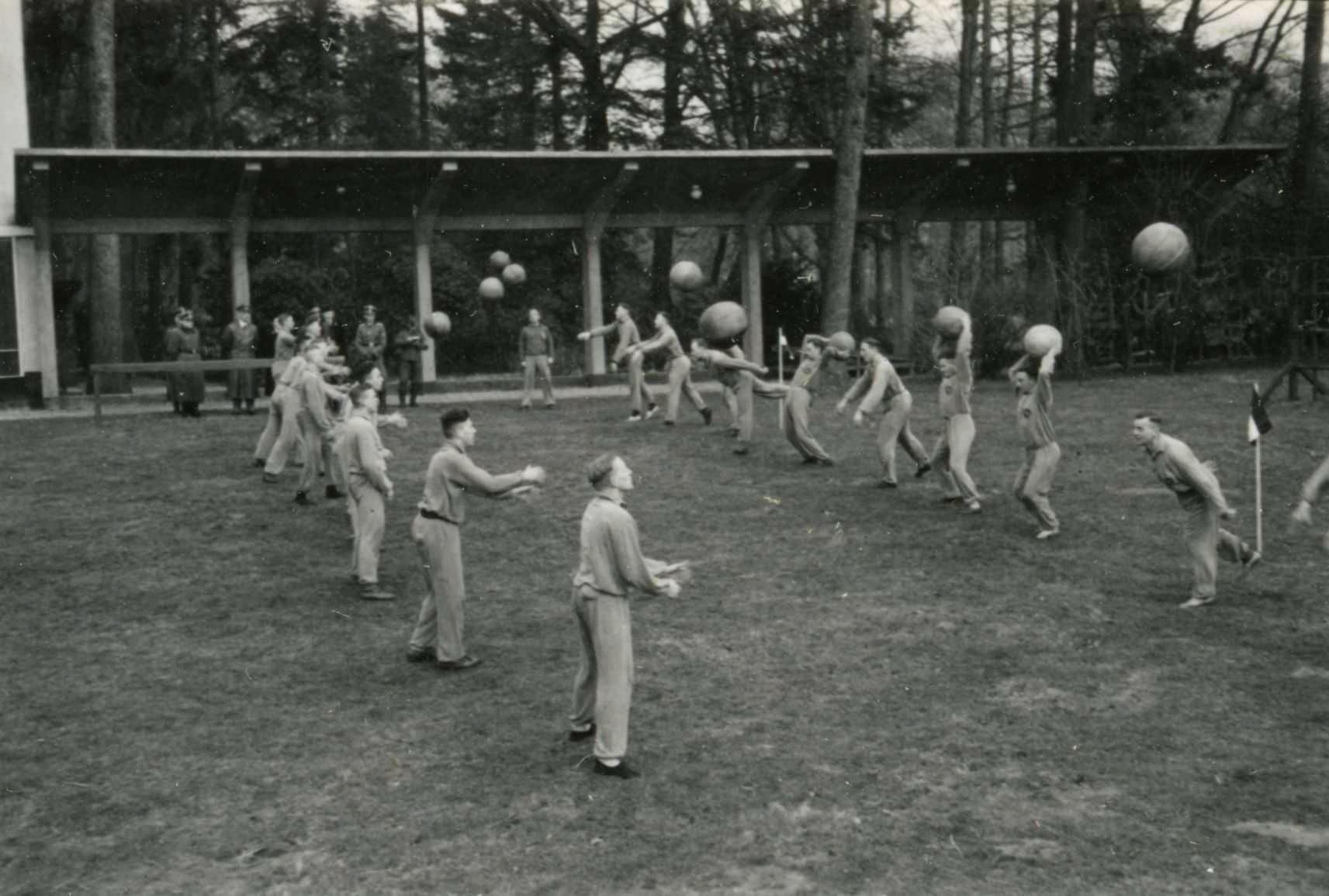 Nederlandse SS'ers op het sportterrein in 1943