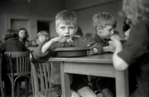 Voedselverstrekking aan kinderen door het IKB.