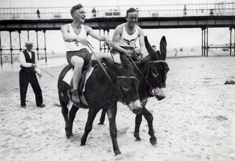Duitse militairen op het strand in Scheveningen in mei 1940