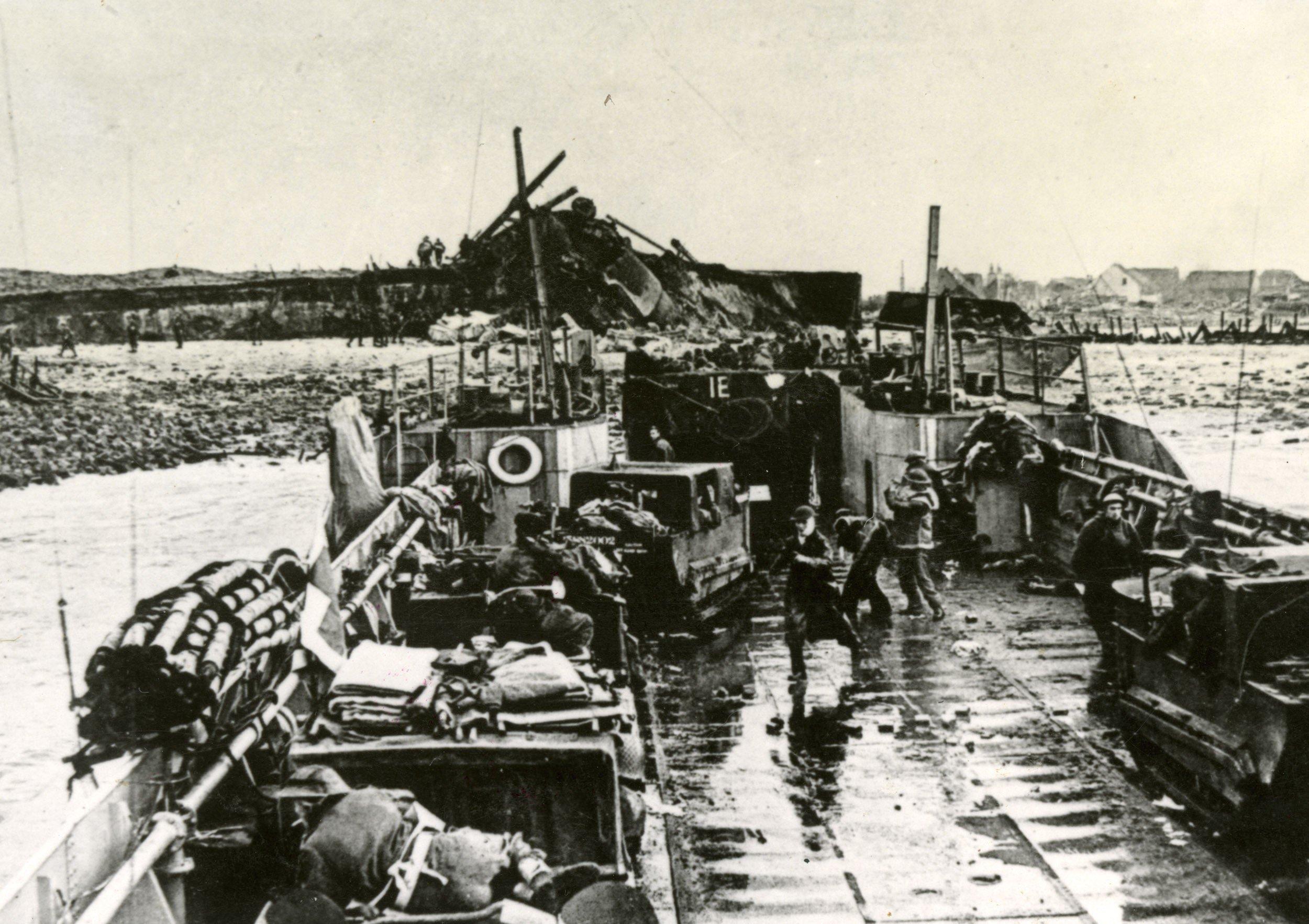 Britse Mariniers embarkeren met voertuigen en materieel voor de kust bij Westkapelle