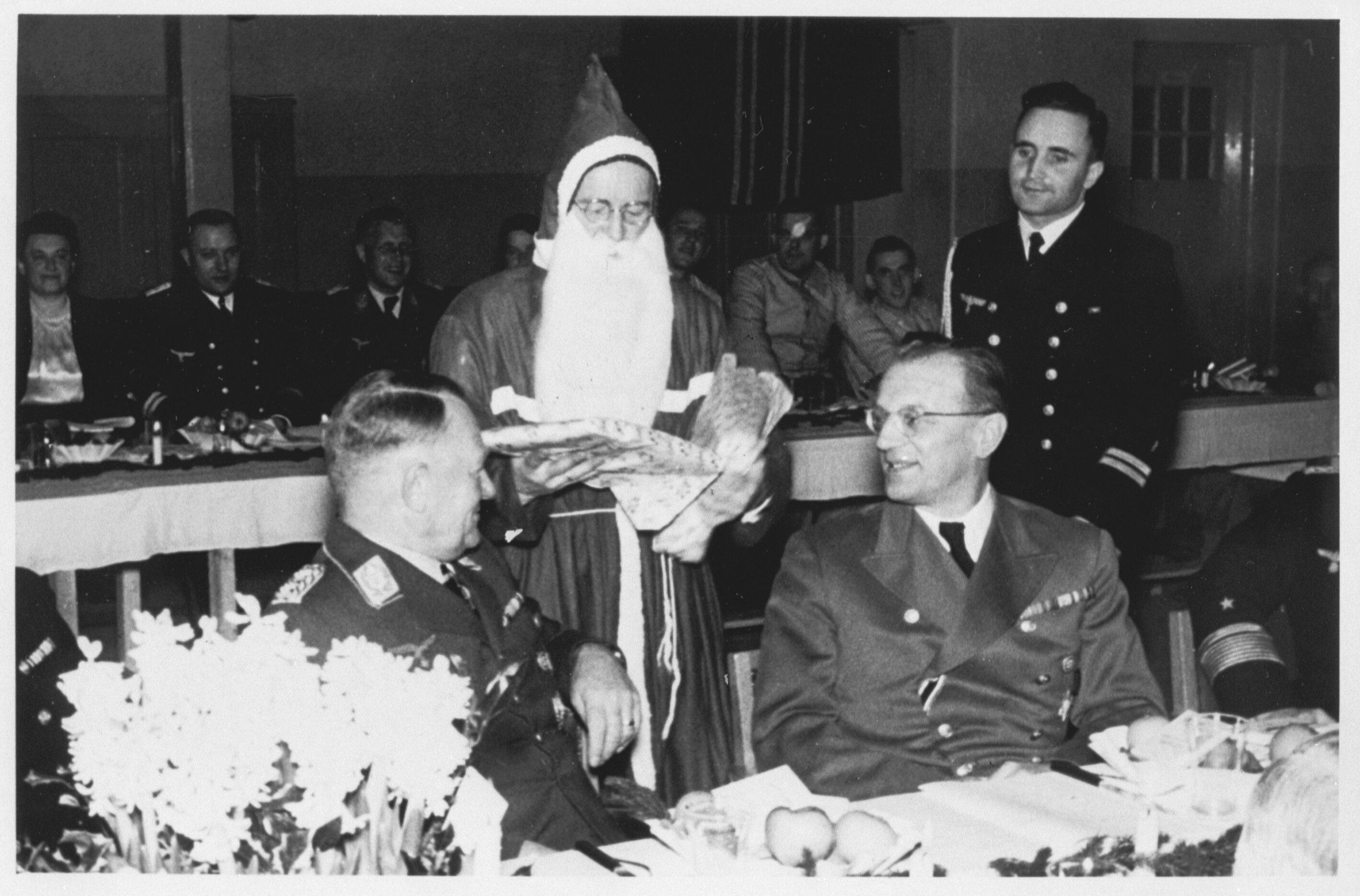 Rijkscommissaris van Nederland Seyss-Inquart viert kerst in de lazaret in bezet Nederland