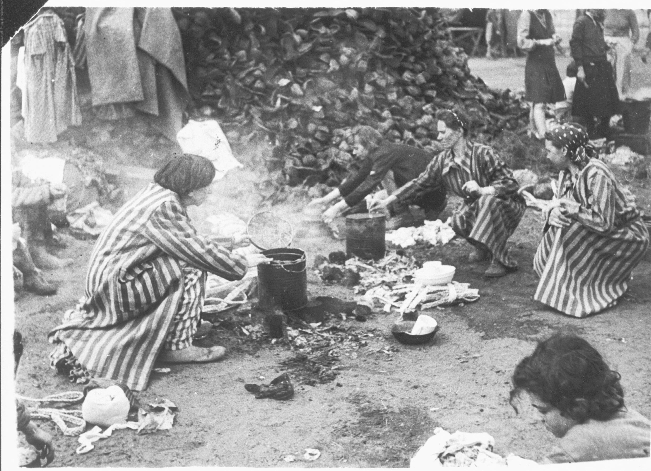 Voormalige gevangenen na de bevrijding van Kamp Bergen-Belsen