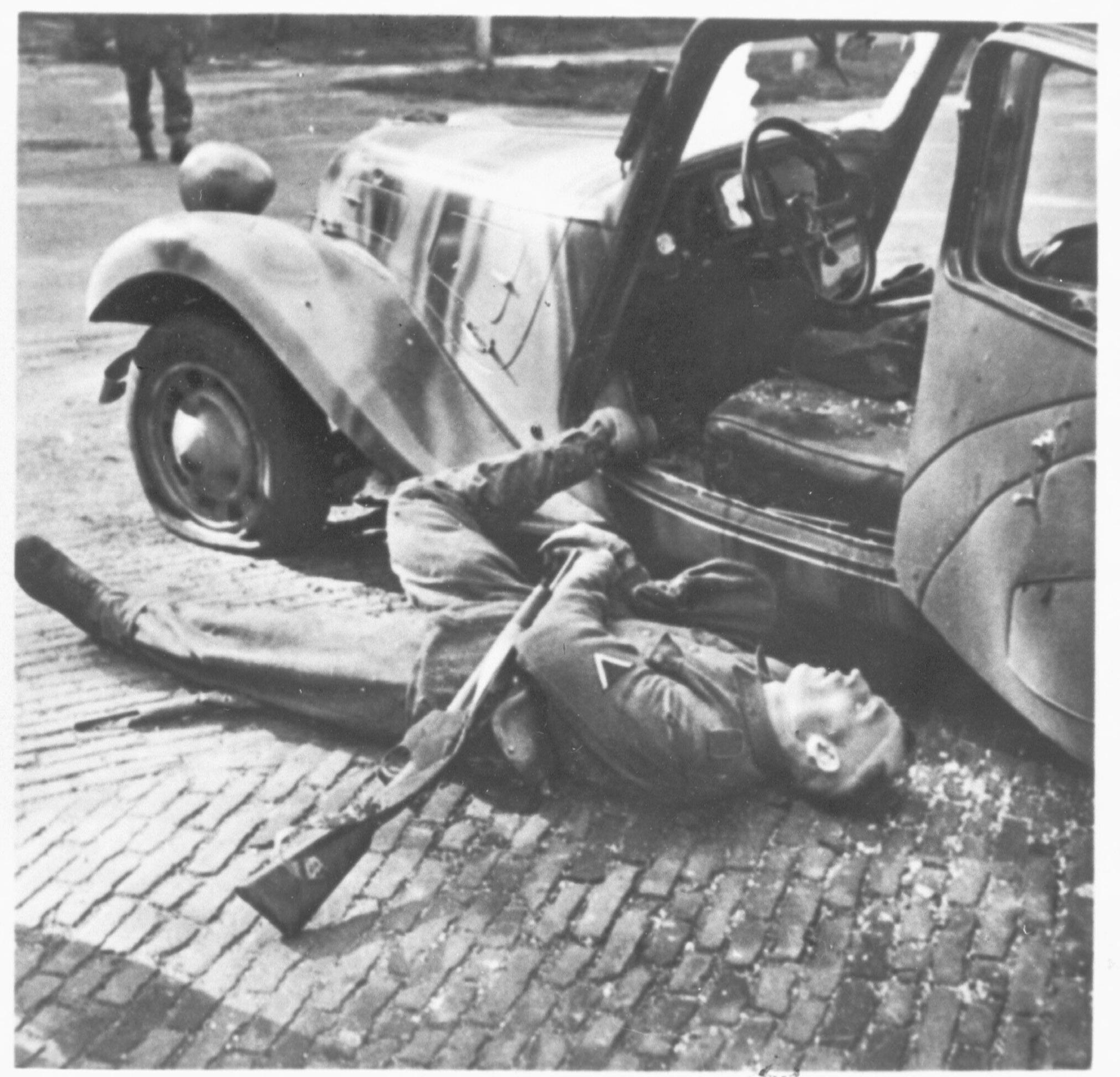 Gesneuvelde chauffeur van generaal-majoor Kussin, de Duitse stadscommandant van Arnhem, op de Utrechtseweg in Oosterbeek