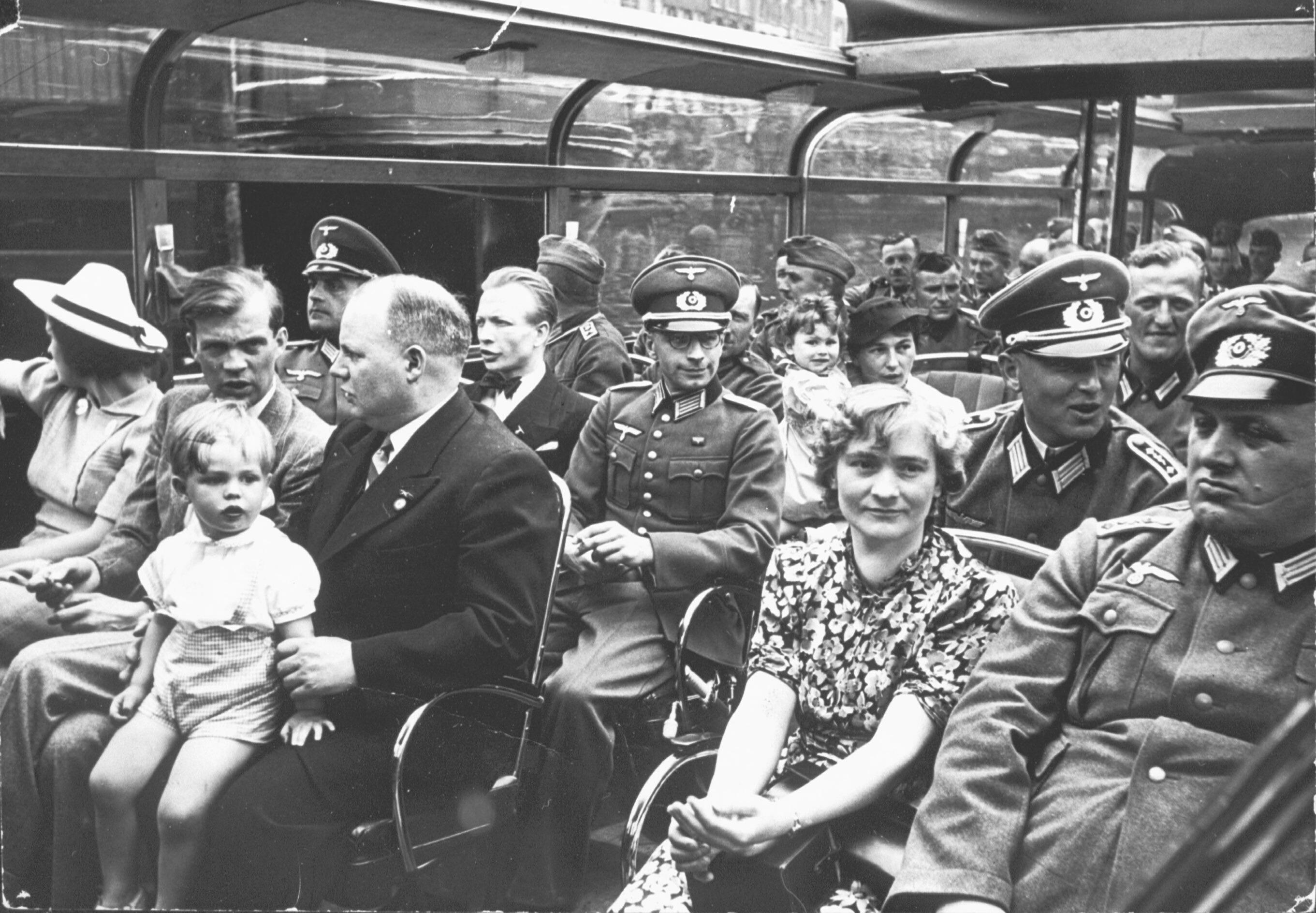 Een Amsterdamse rondvaartboot in de zomer van 1940