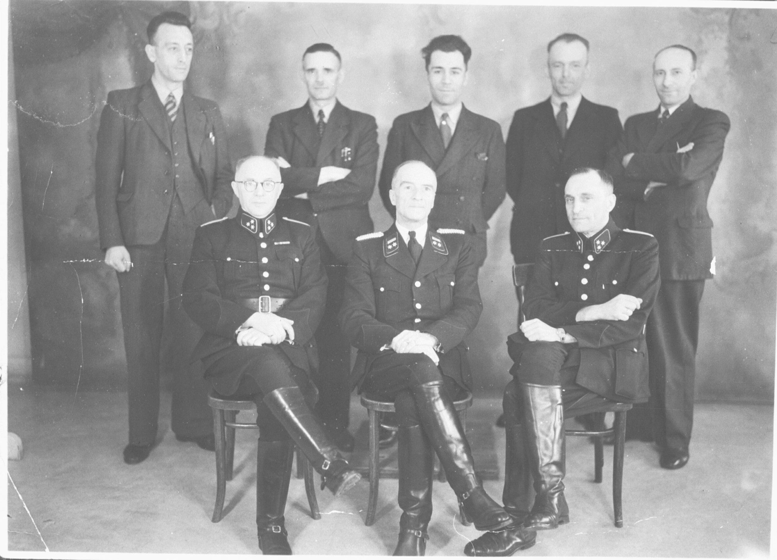 In het midden zit Gerardus Johannes Kerlen. De foto is gemaakt tussen 1941-1943.