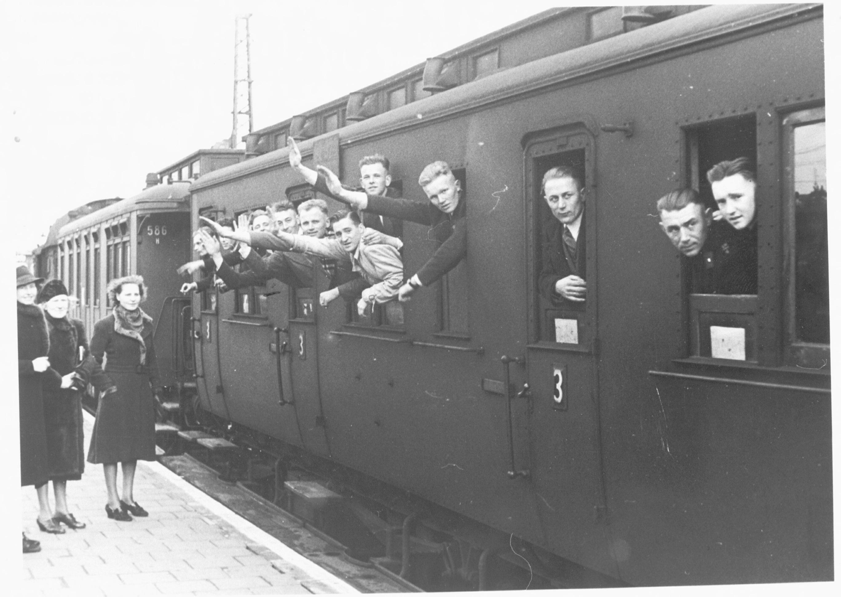 Vertrek van vrijwilligers van SS-Standarte Westland naar hun opleiding in München op 28 februari 1941.