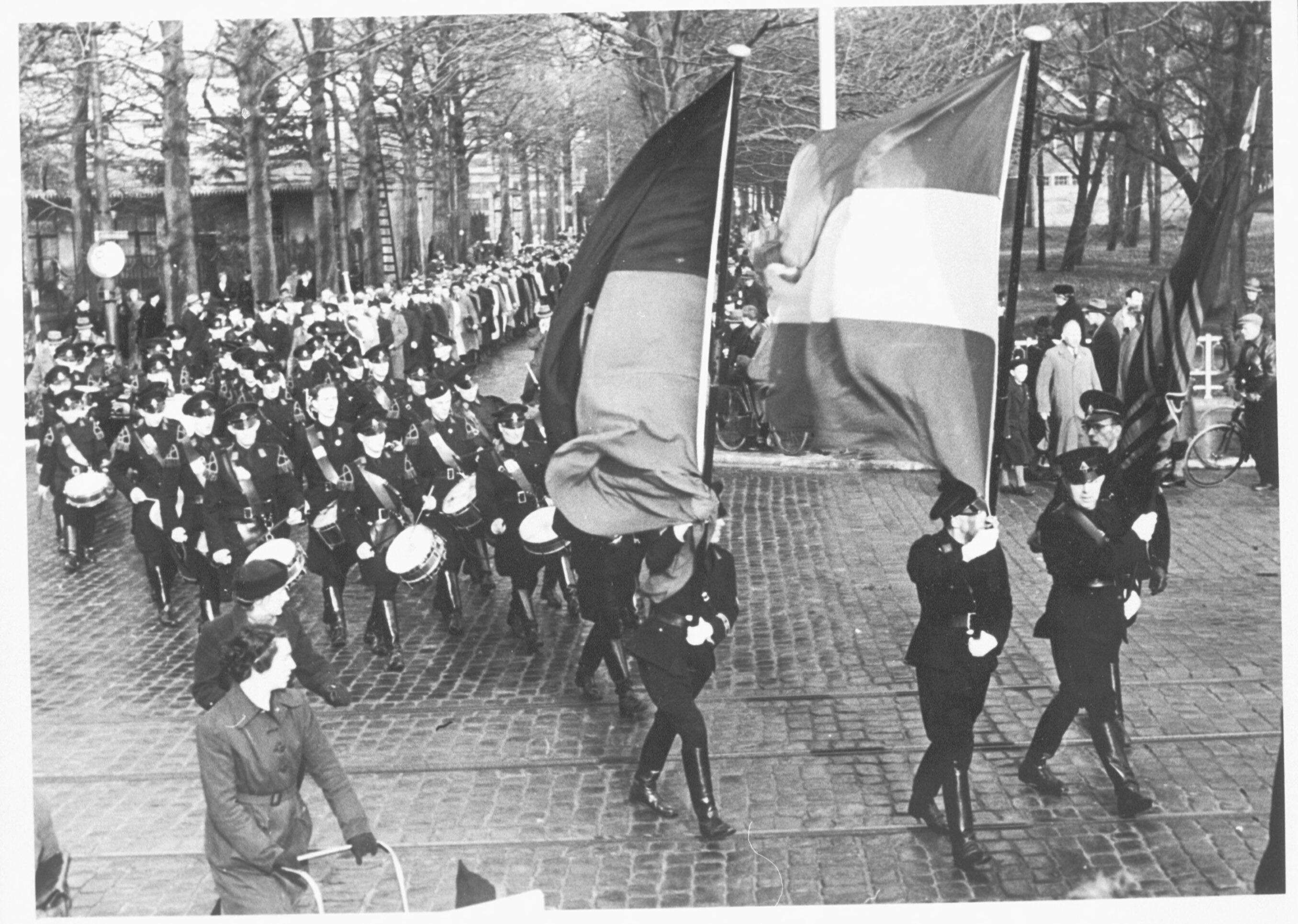 Vrijwilligers voor SS-Standarte Westland worden in Den Haag naar het station begeleidt door de WA