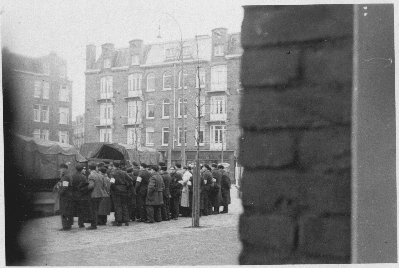 Heimelijk genomen foto van de razzia op 20 juni 1943 in de Transvaalbuurt