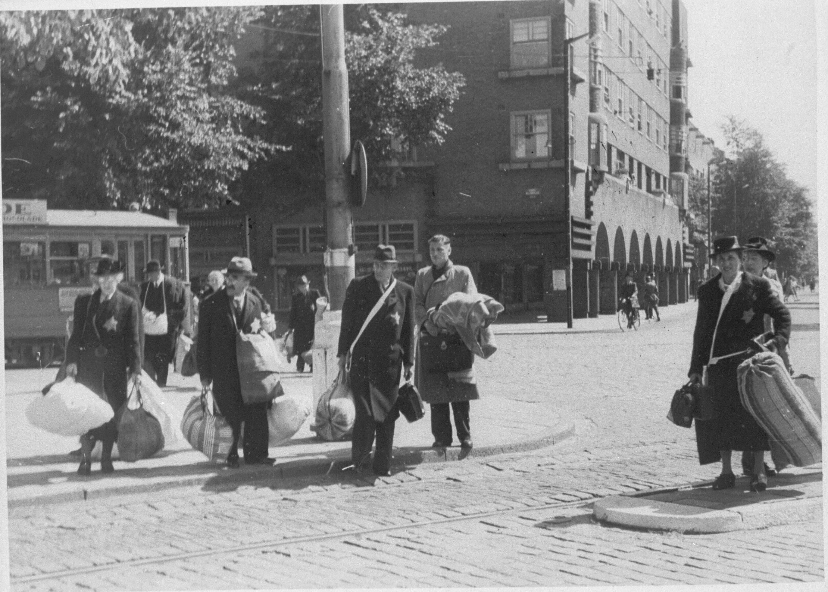 Amsterdamse joden op het Daniël Willinkplein in afwachting van deportatie naar kamp Westerbork op 20 juni 1943.