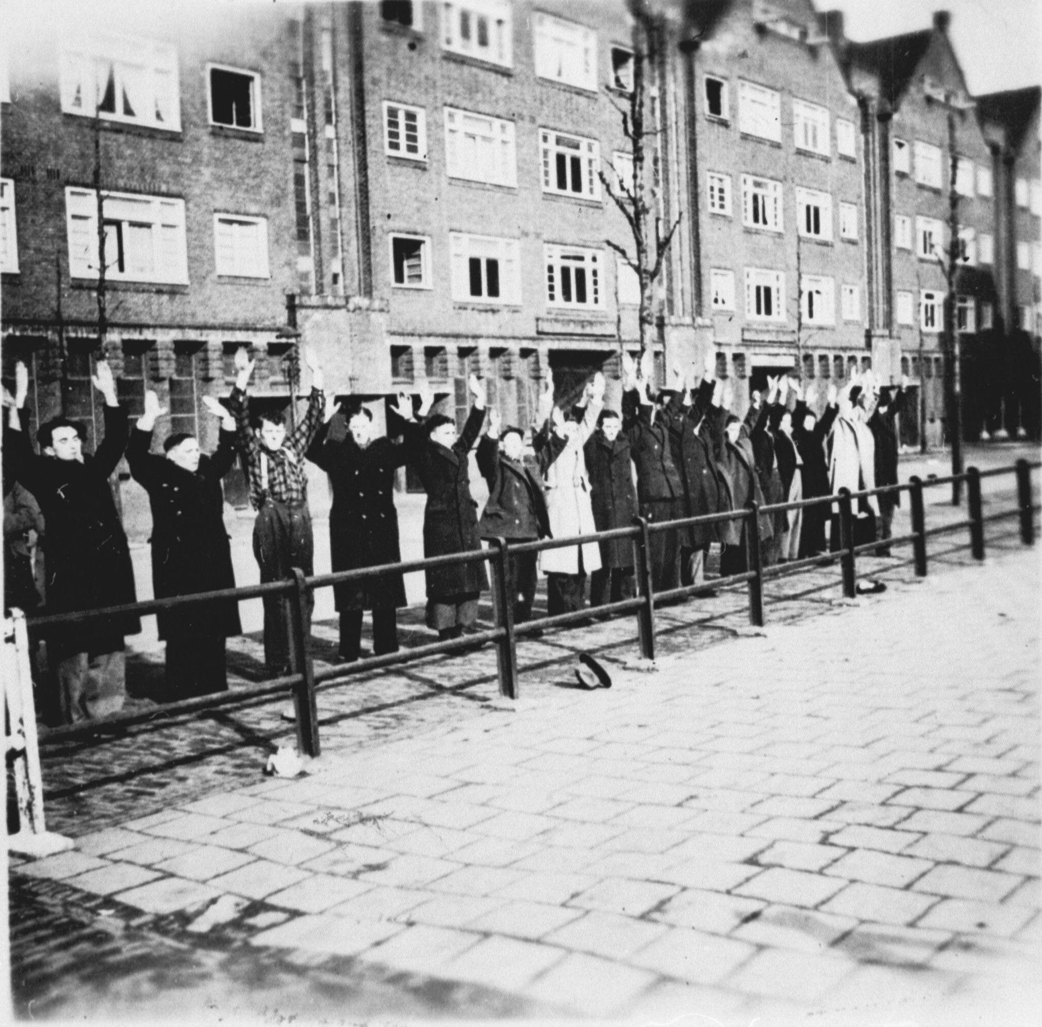 Joodse mannen in de Jodenbreestraat tijdens de razzia op 22 februari 1941