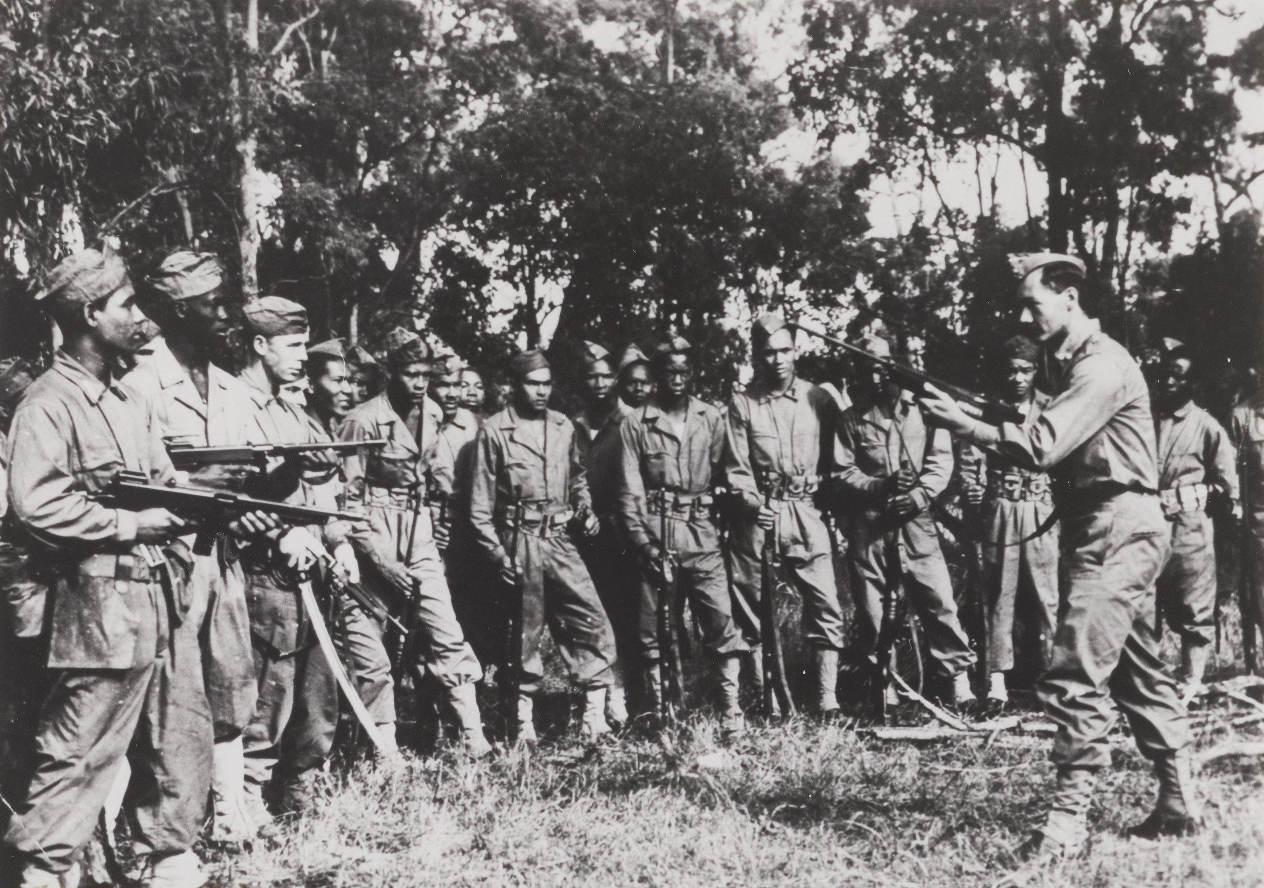Het 1e vrijwilligers-detachement uit Suriname krijgt instructie