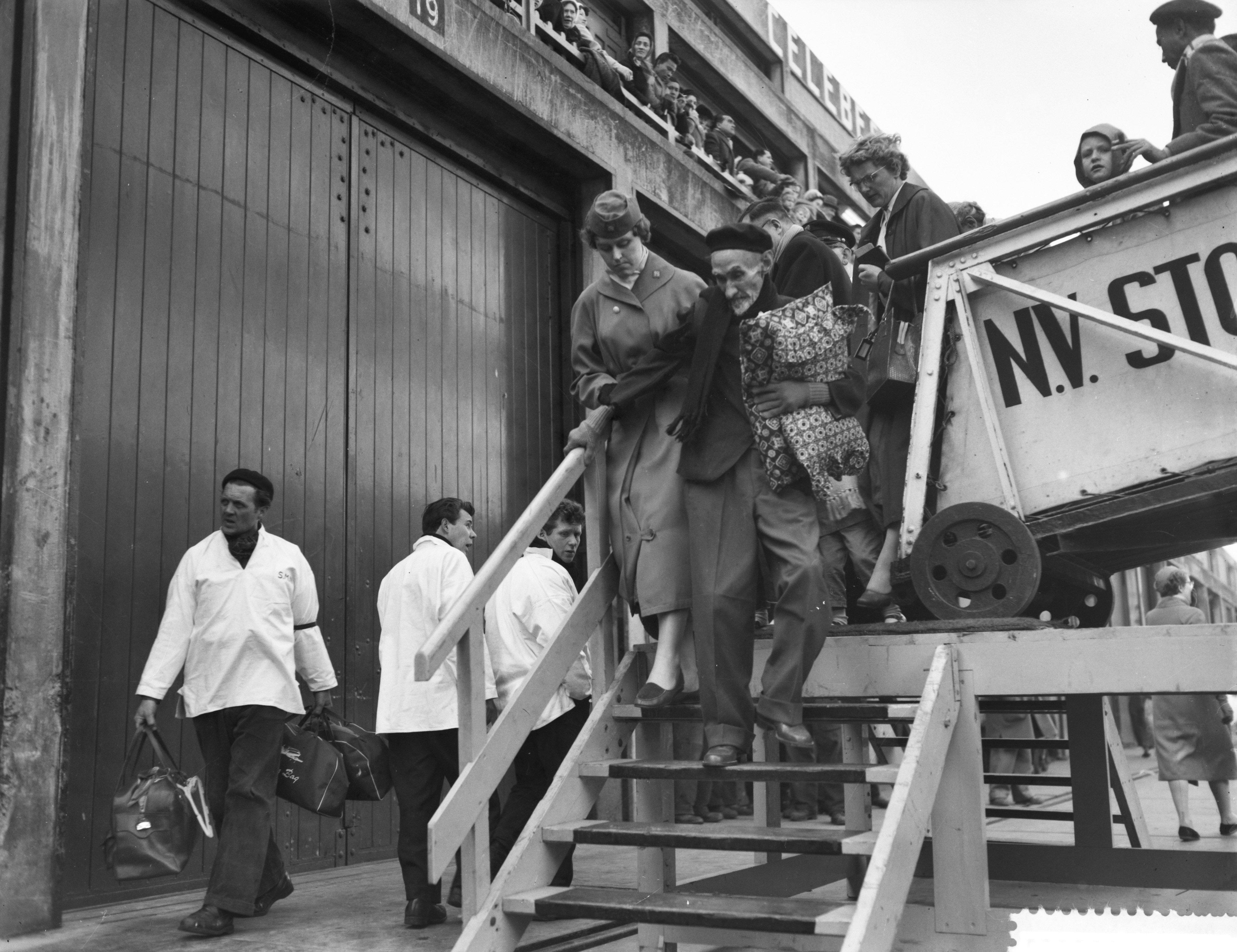 Aankomst van de Johan van Oldenbarneveldt met repatrianten in Amsterdam op 24 maart 1958