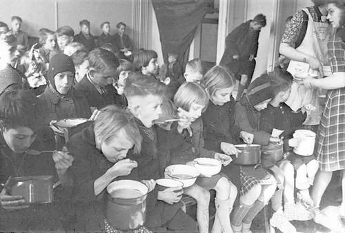 Kinderen kregen een halve liter bijvoeding per dag tijdens de Hongerwinter, verschaft door het Interkerkelijk Bureau.