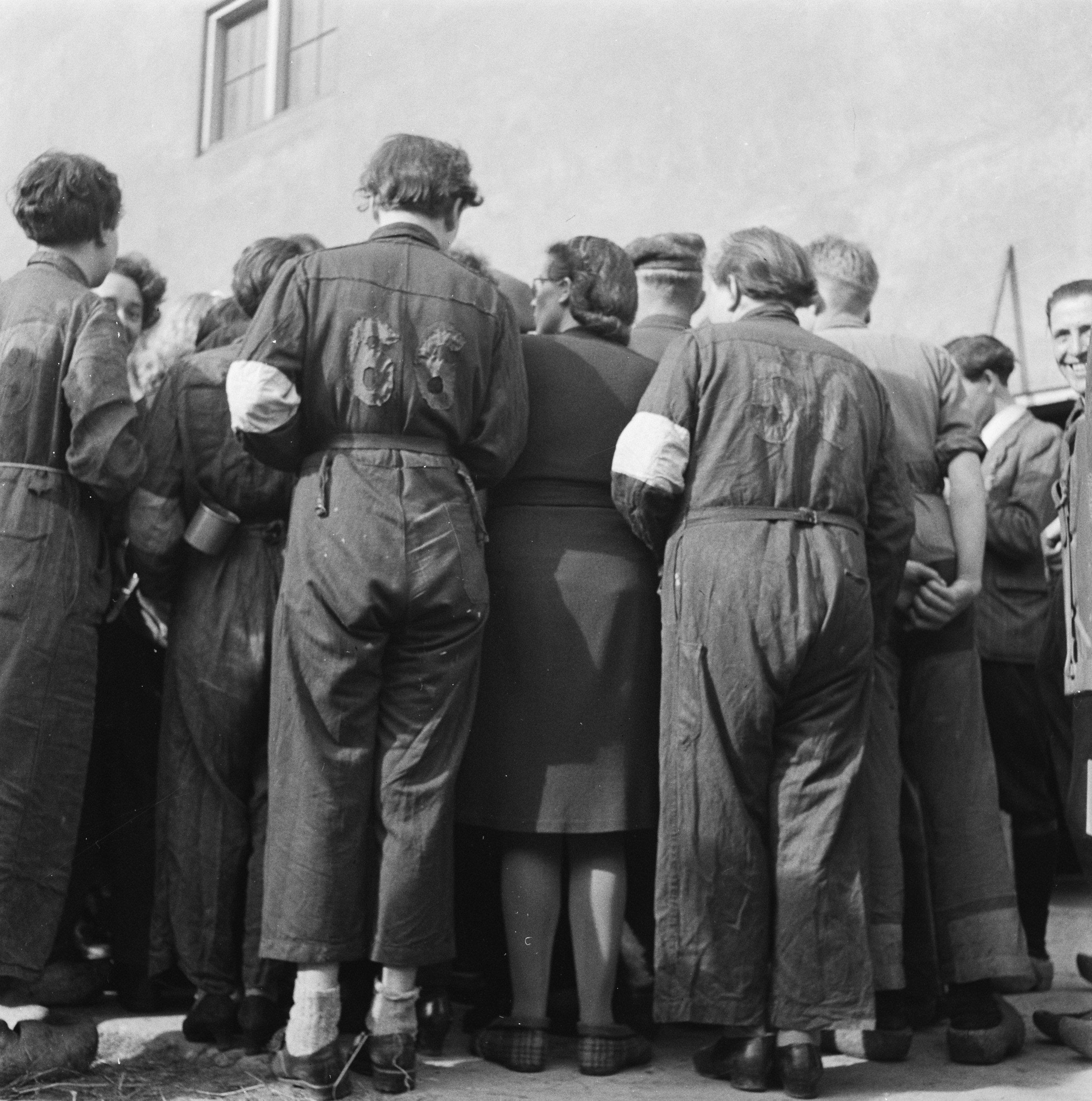 Bezoek Prins Bernhard aan Grijpskerk en de bevrijde vrouwen op 18 april 1945.
