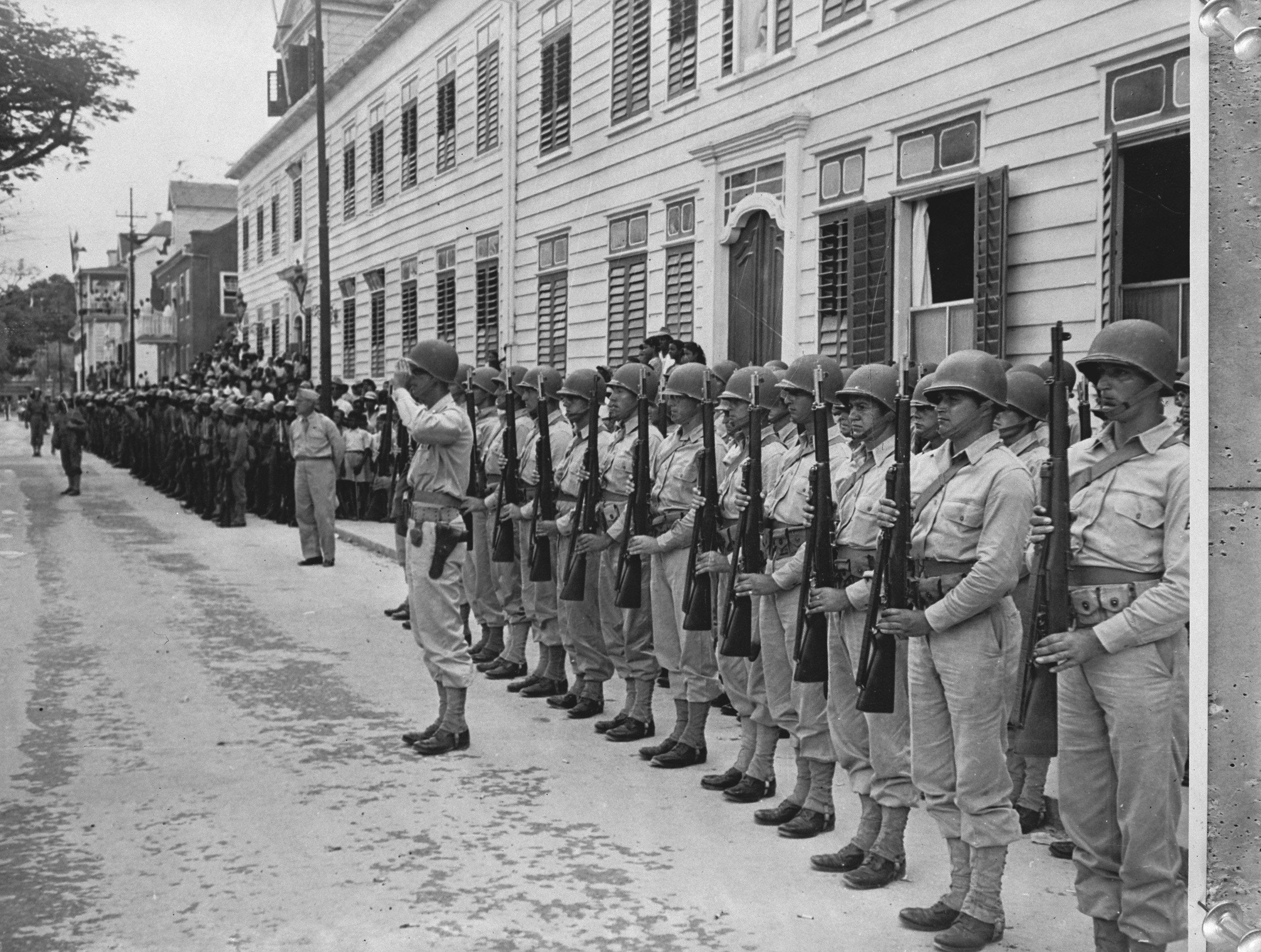 Een eenheid Amerikaanse troepen staat aangetreden in Paramaribo