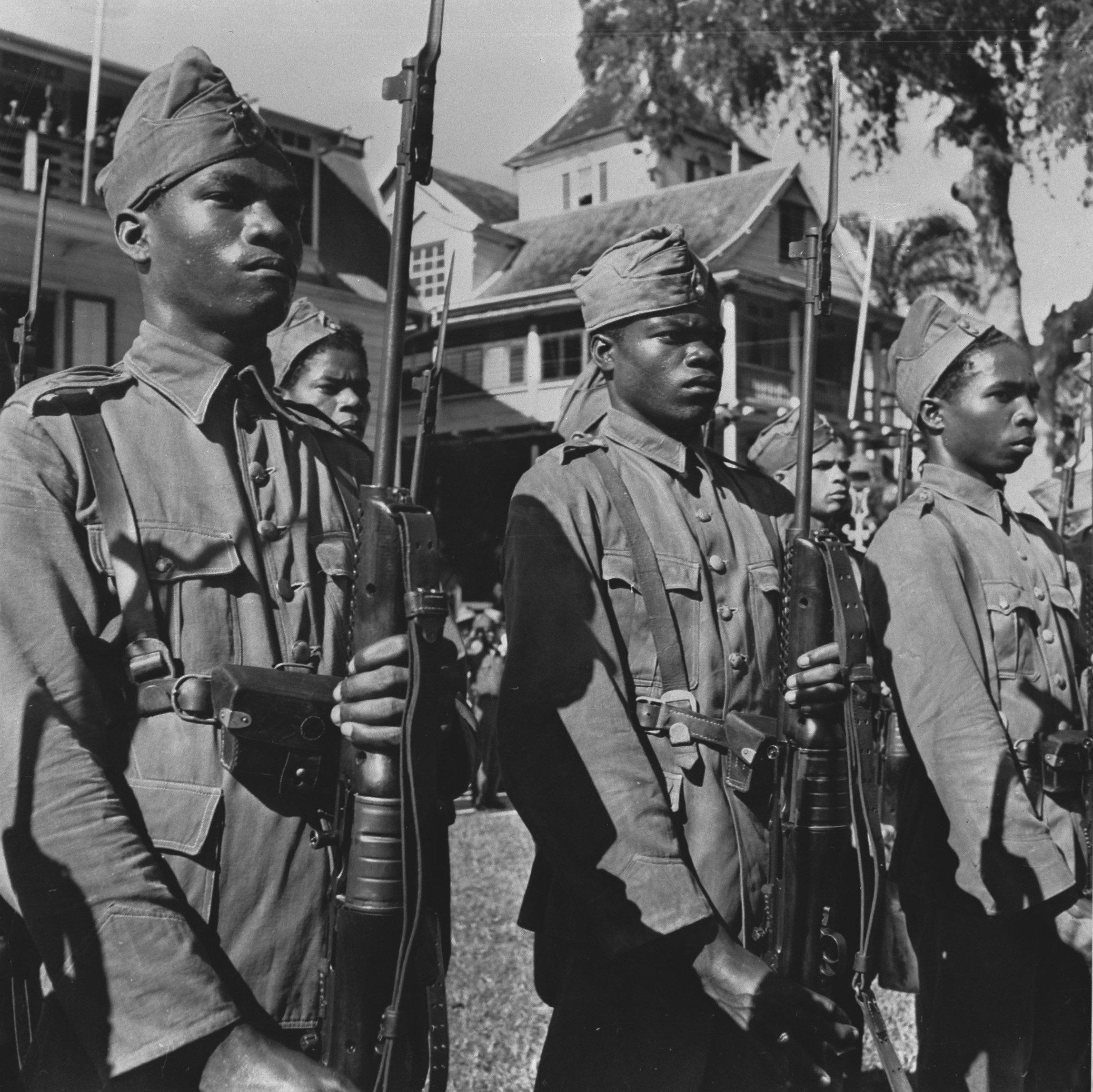 Soldaten van de Surinaamse Schutterij tijdens een bezoek van Prins Bernhard aan Paramaribo in 1942.