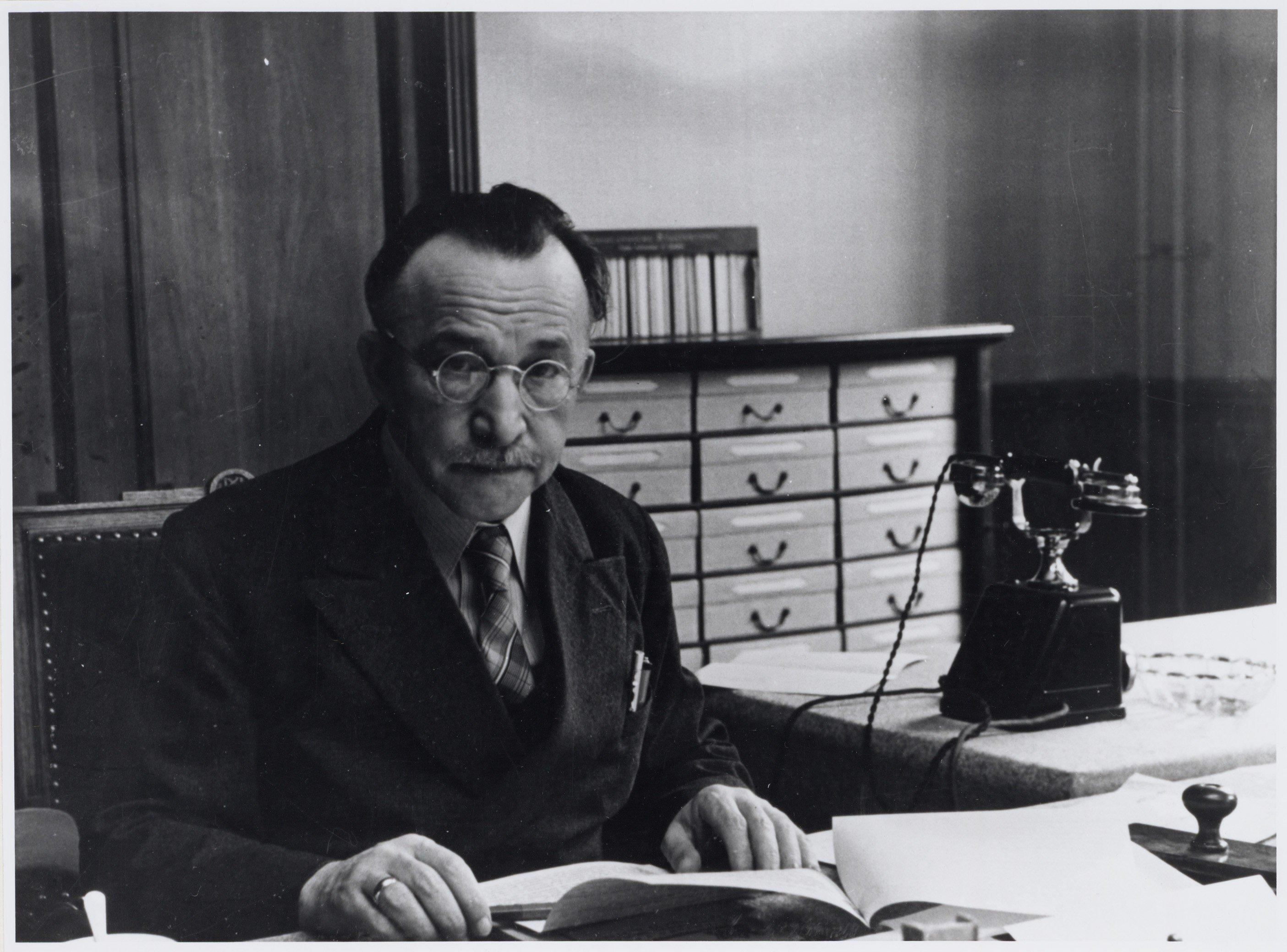 Monne de Miranda in zijn werkkamer
