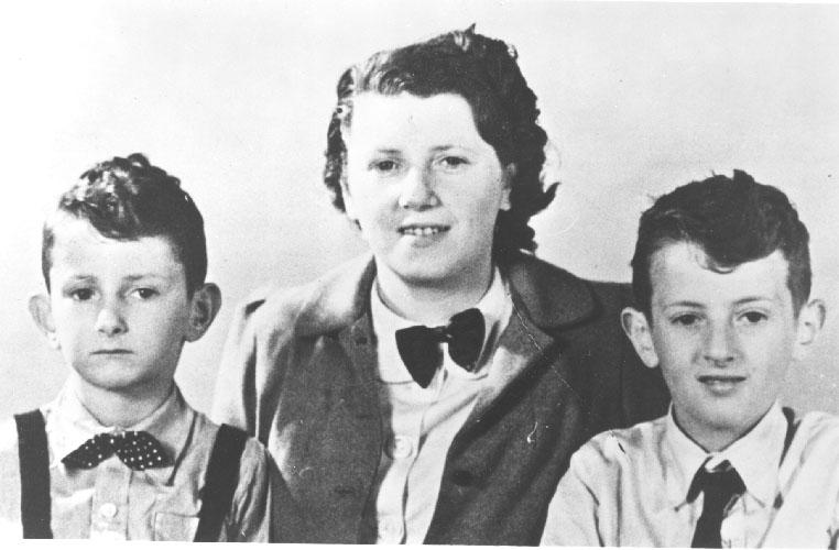 De broertjes Hornemann met hun moeder Elisabeth Hornemann-Docters