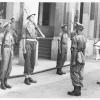 Nederlandse Oorlogsvrijwilligers nemen in 1946 de wacht over van Brits-Indiërs in Batavia