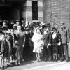 Het laatste huwelijk in de synagoge Carpentierstraat in Den Haag, die met hakenkruizen beklad was, in mei 1942
