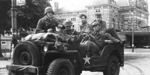 Duitse militairen in een buitgemaakte Amerikaanse jeep in Arnhem