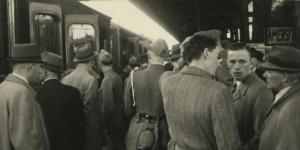 Nederlandse militairenstappen op de trein na het Duitse bevel tot hernieuwde krijgsgevangenschap.