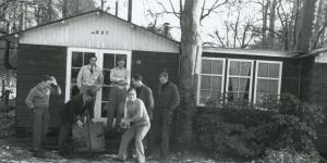 Studenten voor hun onderduikplek 'de hut'
