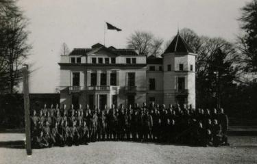 Nederlandse SS'ers poseren voor Avegoor