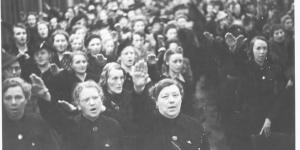 Vrouwen van de NSB brengen de Houzee groet in de Haagse dierentuin in september 1941