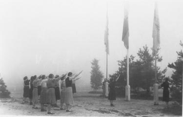 Vrouwen in een NSVO-kamp hijsen de vlag, ergens in 1939