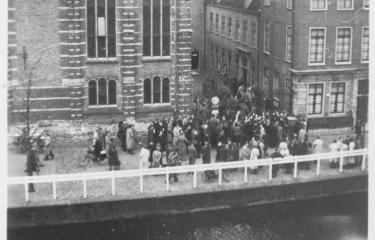 Studenten na de rede van Cleveringa bij het Academiegebouw in Leiden