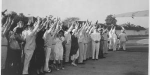 Afscheid van Mussert op het vliegveld Darmo Soerabaja in augustus 1935