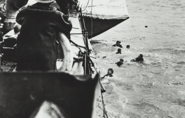 Opvarende commando's van een half gezonken landingsvaartuig worden in de monding van de Westerschelde gered door een reddingsbarkas