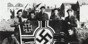 Commando's poseren met een nazi vlag in Vlissingen