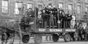 Een praalwagen op de Dam 1945