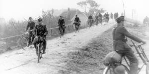 Duitse militairen op weg naar een landingsterrein
