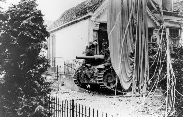 Duits gemotoriseerd geschut op de Weverstraat in Oosterbeek. Rechts de parachute van een Britse bevoorradingscontainer.